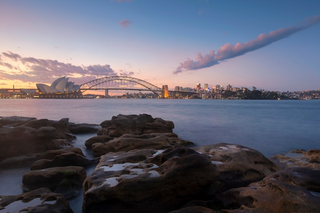 Luchtmening van de baai van sydney bij zonsondergang, australië
