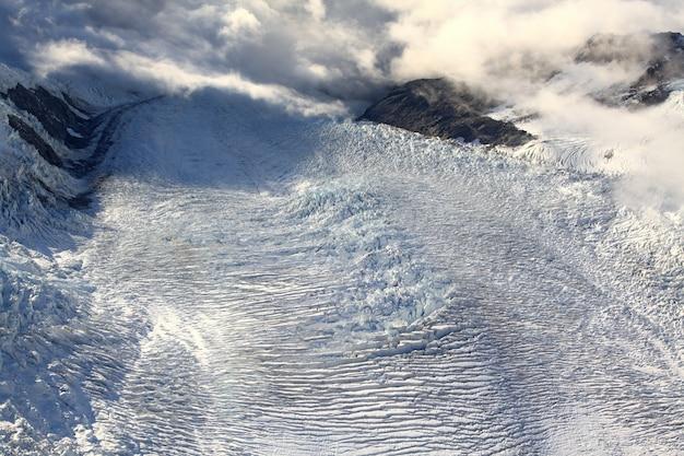 Luchtmening van de gletsjer van franz josef van helikopter in nieuw zeeland