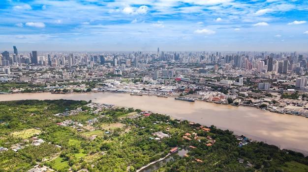 Luchtmening van de horizon van bangkok en mening van chao phraya river view
