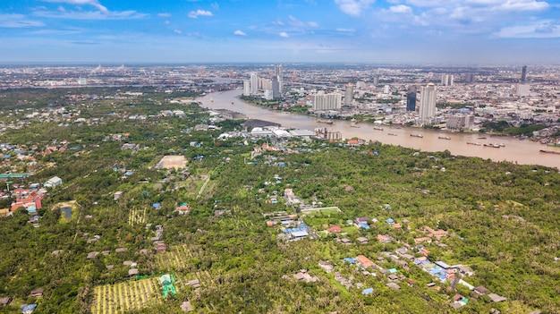 Luchtmening van de horizon van bangkok en mening van chao phraya river