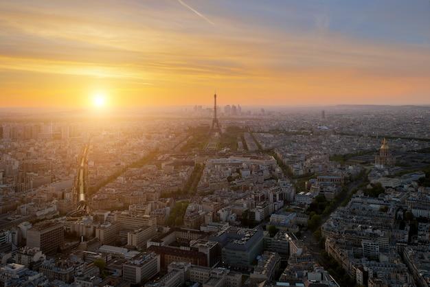 Luchtmening van de horizon van parijs met de toren van eiffel bij zonsondergang in parijs, frankrijk. Premium Foto