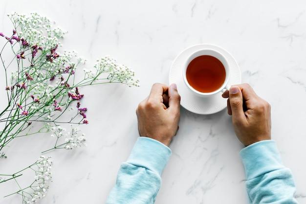 Luchtmening van de mens met een hete kop thee