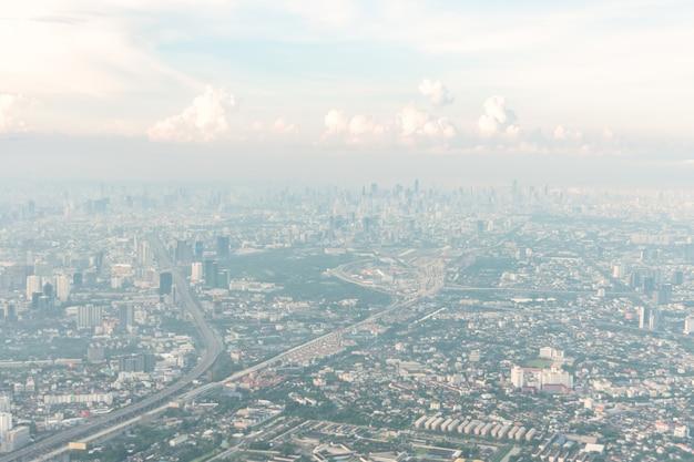 Luchtmening van de metropool van bangkok op neveldag