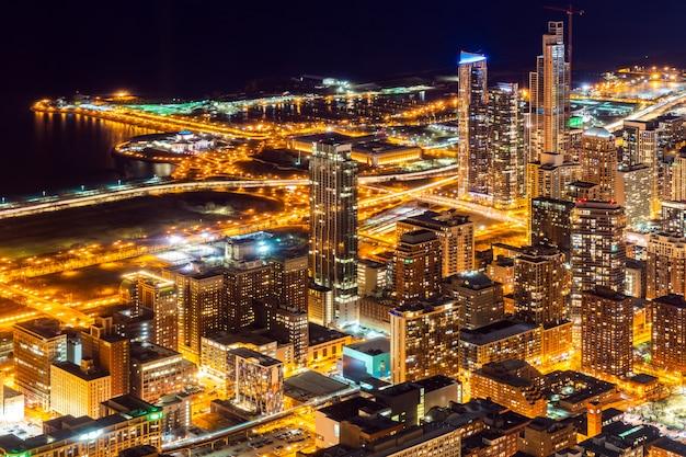 Luchtmening van de nacht van chicago skylines