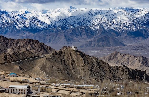 Luchtmening van de stad van leh ladakh van kashmir in india