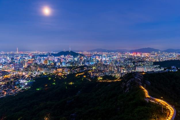 Luchtmening van de stad van seoel bij nacht, zuid-korea.