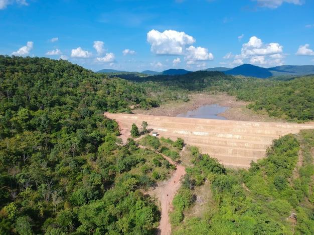 Luchtmening van de stuwdam in het droge seizoen.