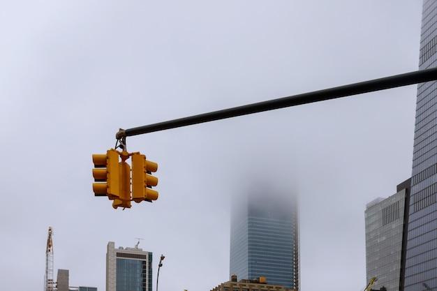 Luchtmening van de wolkenkrabbers van manhattan van de binnenstad in de stad van new york in een mistige dag