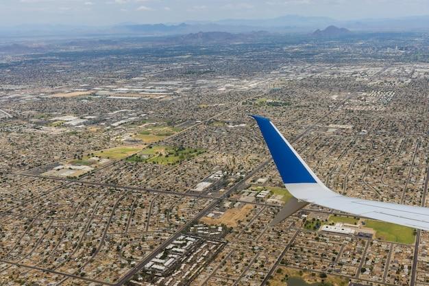 Luchtmening van dichtbijgelegen bergketenpiek in phoenix, arizona de v.s