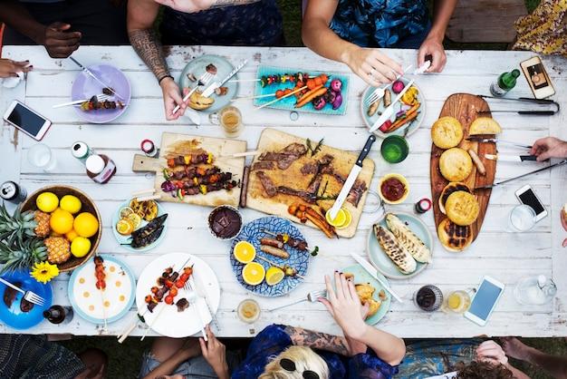 Luchtmening van diverse vrienden die samen het hebben van voedsel verzamelen
