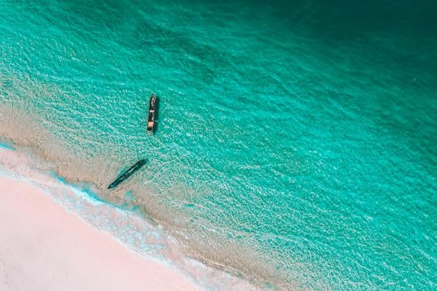 Luchtmening van een boot in salieiland, myanmar