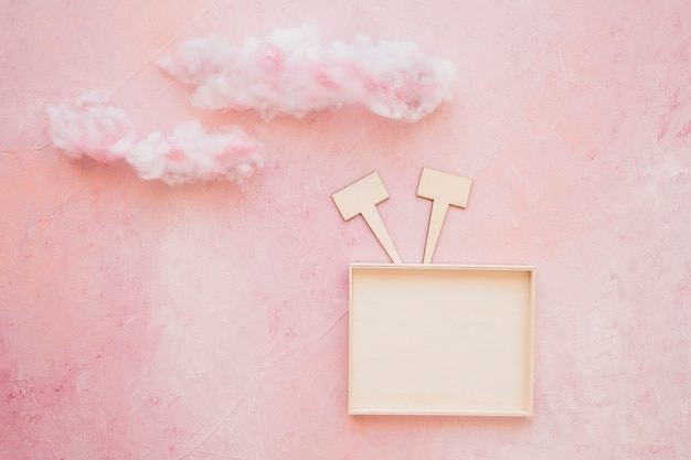 Luchtmening van een knipsel van de toespraakbel in bijlage met kader op roze achtergrond