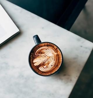 Luchtmening van een kop van koffie op een lijst