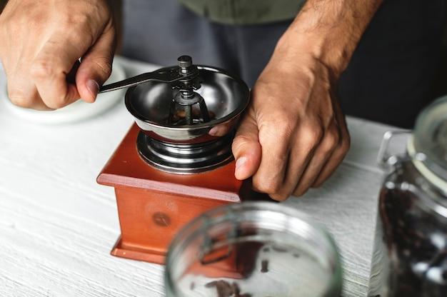 Luchtmening van een persoon die druppelkoffie maken