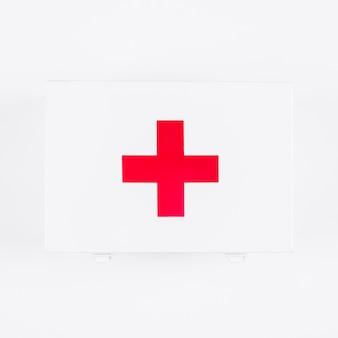 Luchtmening van eerste hulpuitrusting met medisch die teken op witte achtergrond wordt geïsoleerd