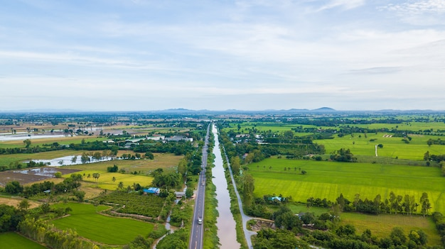 Luchtmening van gebieden met diverse soorten landbouw en irrigatiekanaal in landelijk thailand samch