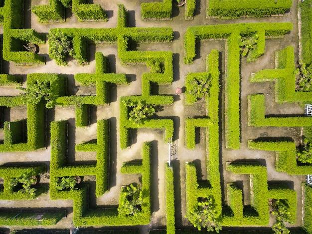 Luchtmening van groene labyrinttuin