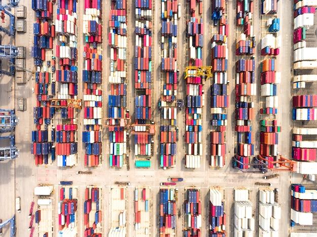Luchtmening van grote verschepende haven met de containers van de goederenlading