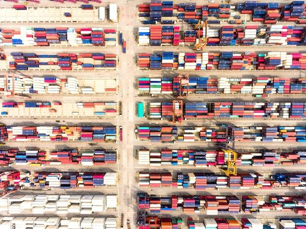 Luchtmening van grote verschepende haven met de containers van de goederenlading.