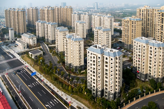 Luchtmening van het district in shanghai met wegen en high-rise gebouwen