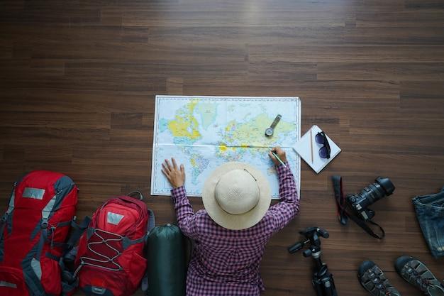 Luchtmening van het plan van de reizigersvrouw met kaart