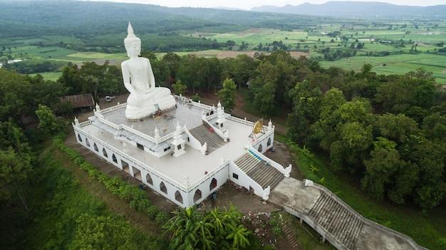 Luchtmening van hommel het grote standbeeld van boedha op de berg.