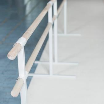 Luchtmening van houten barre in dansstudio