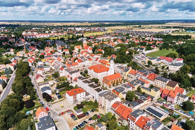 Luchtmening van kleine europese stad met woongebouwen