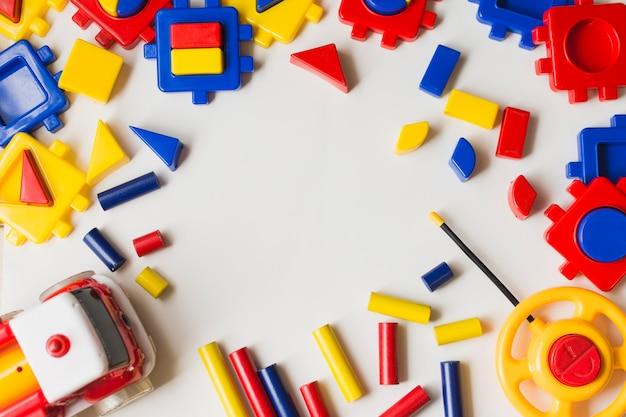 Luchtmening van kleurrijke plastic blokken op witte achtergrond