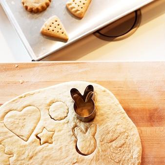 Luchtmening van koekjesdeeg met vorm