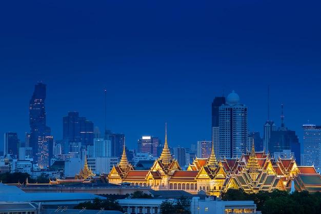 Luchtmening van koninklijk groot paleis op bangkok, thailand met luxu