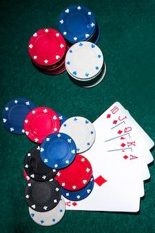 Luchtmening van koninklijke gelijke kaart en casinospaanders op pooklijst