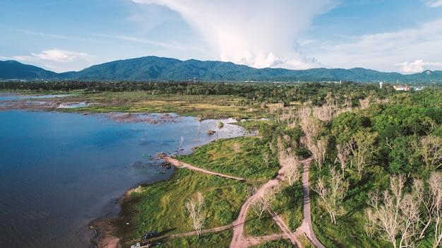 Luchtmening van meer langs het bos door hommel. landschap en natuurthema