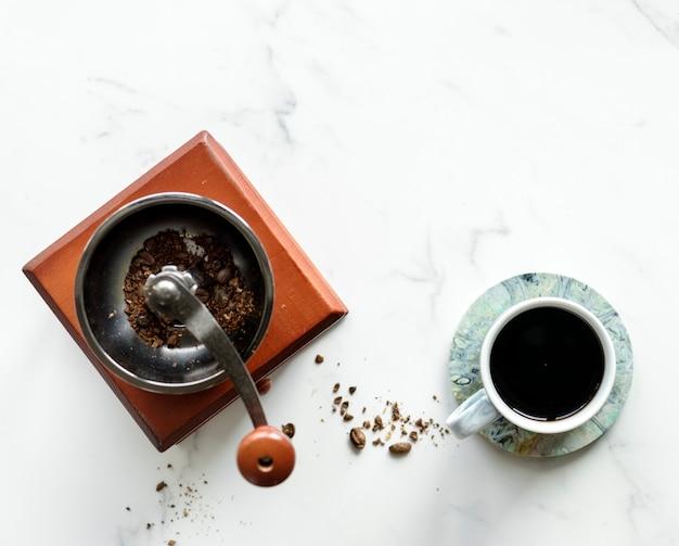 Luchtmening van mensen die druppelkoffie maken
