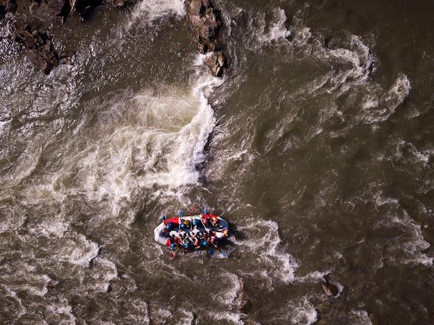 Luchtmening van mensen die pret hebben tijdens het rafting in de rivier