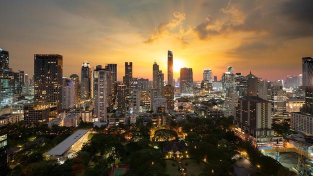 Luchtmening van moderne het bureaugebouwen van bangkok