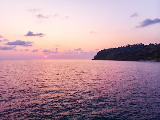 Luchtmening van mooi strand en overzees met kokosnotenpalm in zonsondergangtijd
