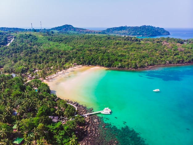 Luchtmening van mooi strand en overzees met kokosnotenpalm