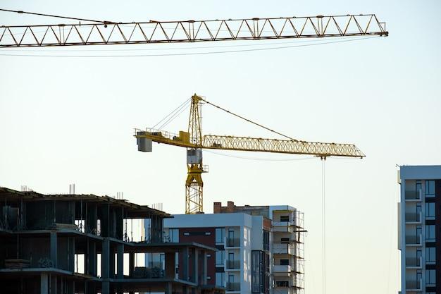 Luchtmening van torenkranen en hoge woonflatgebouwen in aanbouw