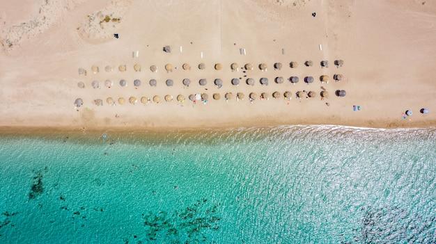 Luchtmening van tropisch zeegezicht en strand van simos, elafonisos-eiland, peloponnesos, griekenland