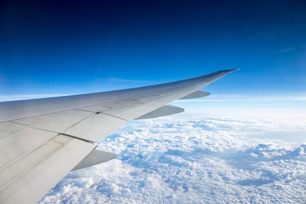 Luchtmening van verbazende blauwe hemel en wolk van venstermening van vliegtuig tijdens luchttranspor