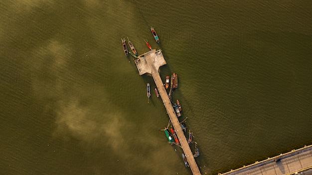 Luchtmening van vissershaven in schemeringtijd, thailand