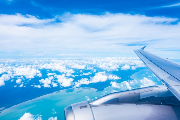 Luchtmening van vliegtuigvleugel met blauwe hemel