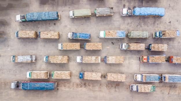 Luchtmening van vrachtwagens die het hout vervoeren.
