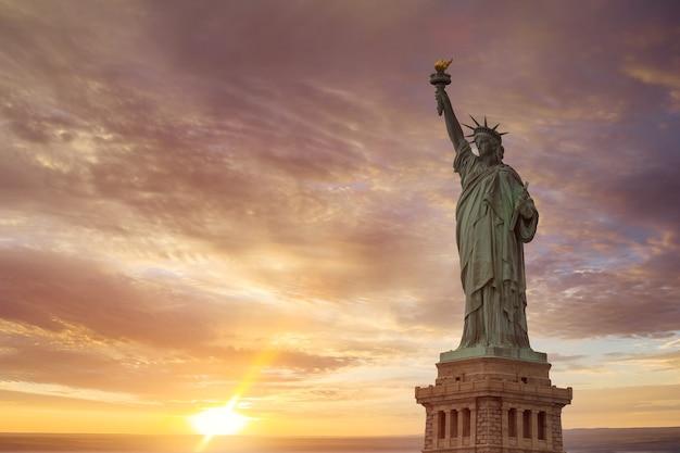 Luchtmening van vrijheidsbeeld bij zonsopgang in de stad van new york, de v.s