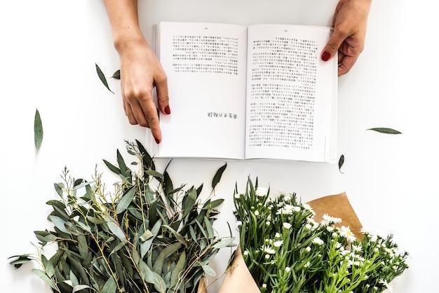Luchtmening van vrouw die japans boek lezen