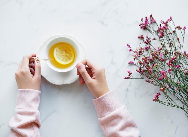 Luchtmening van vrouw met een hete kop thee