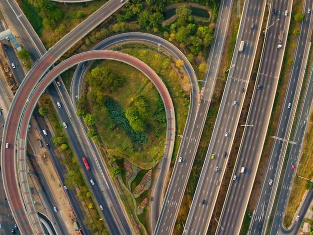 Luchtmening van weg en viaduct in stad