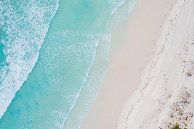 Luchtmening van zandig tropisch strand in de zomer in westelijk australië, australië.