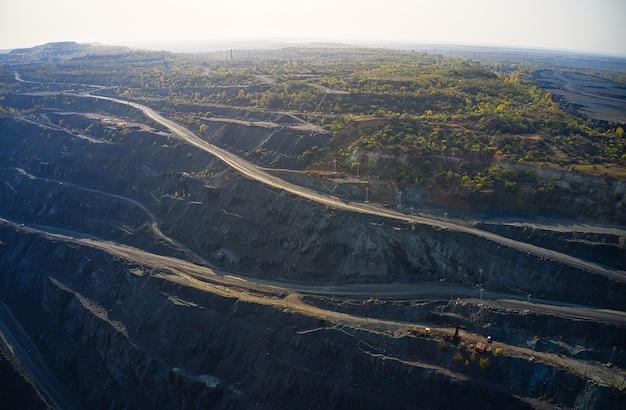Luchtmening van zuidelijke mijnbouwfabriek, mijngroeve in de oekraïne